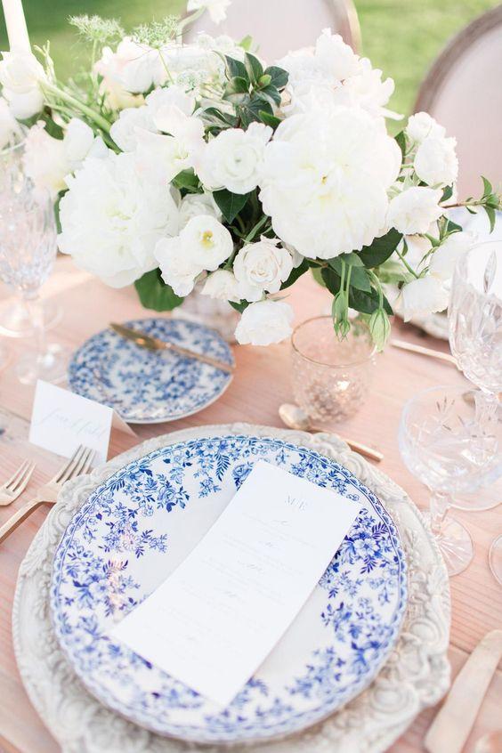 Pratos de porcelana branco e azul