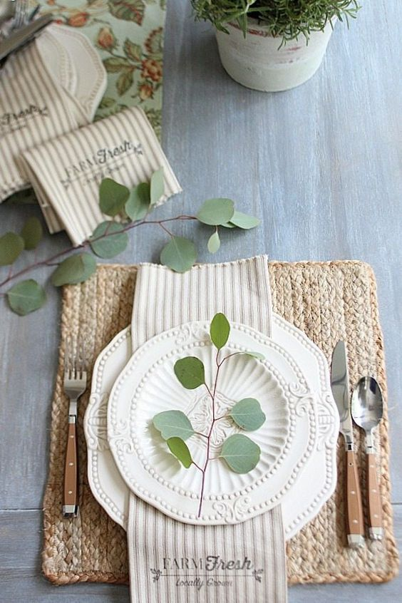 Pratos de porcelana brancos