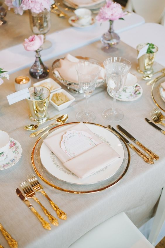 Decoração chique com pratos e enfeites dourados