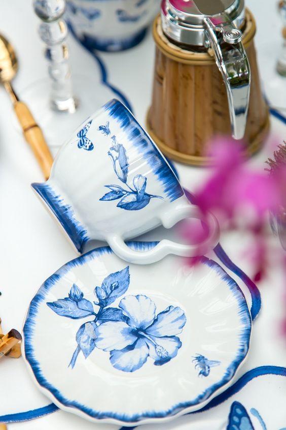 Jogo de pratos com xícaras em azul e branco