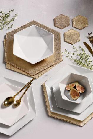 Que tal o prato branco de porcelana hexagonal