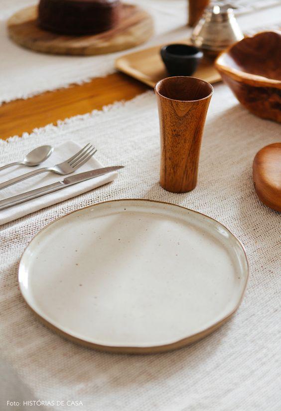 Pratos de porcelana branco e liso