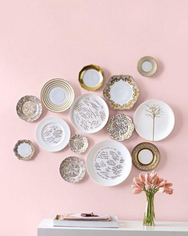 Pratos de porcelana na parede
