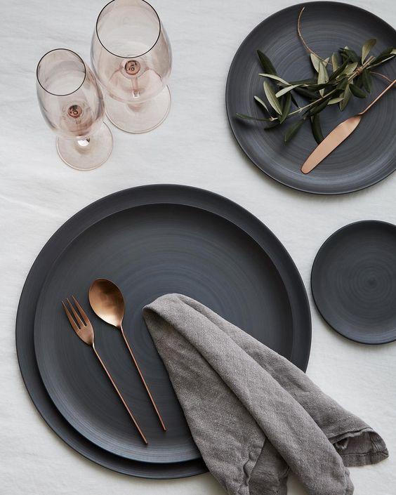 Pratos de porcelana preto