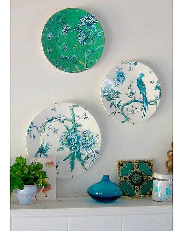 Pratos de porcelana verde e azul