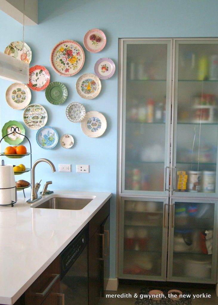 Cozinha com pratos de porcelana