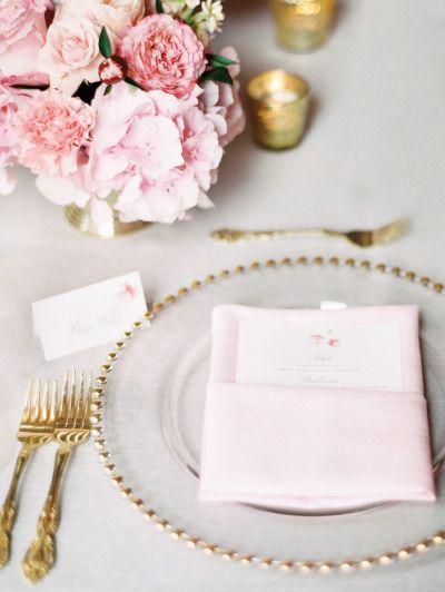 Decoração com pratos dourados