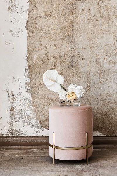 Sala de estar com puff rosa
