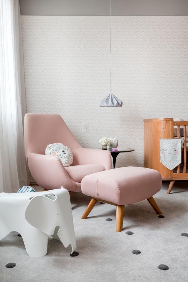 Poltrona rosa com puff para quarto de bebê charmoso