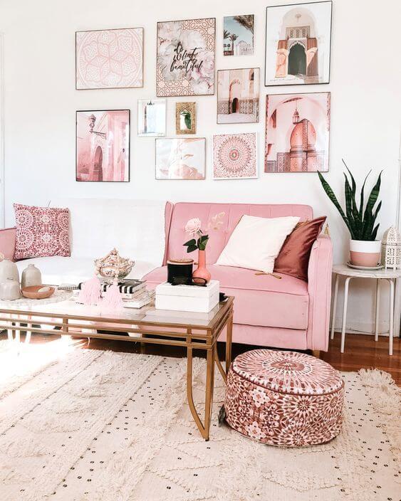 Puff rosa estampado na sala de estar