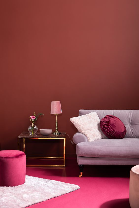 Sala com puff rosa pink, da mesma cor que a pintura