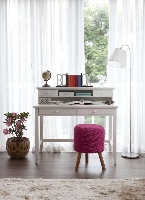 Puff rosa pink na escrivaninha