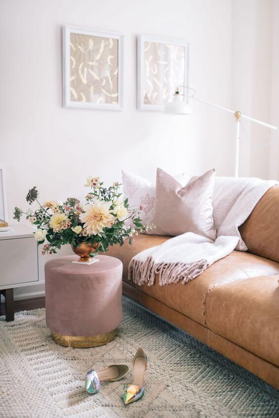 Sala de estar com puff rosa antigo