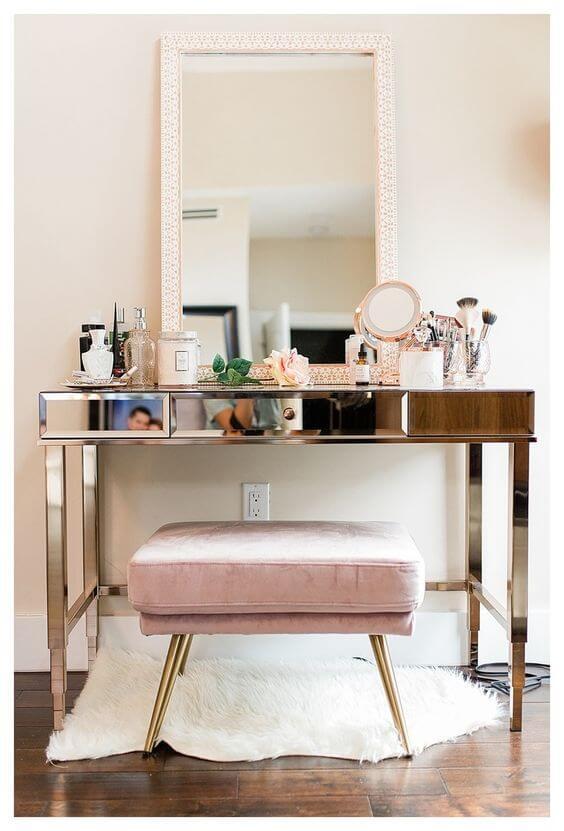 Penteadeira espelhada com puff rosa e dourado