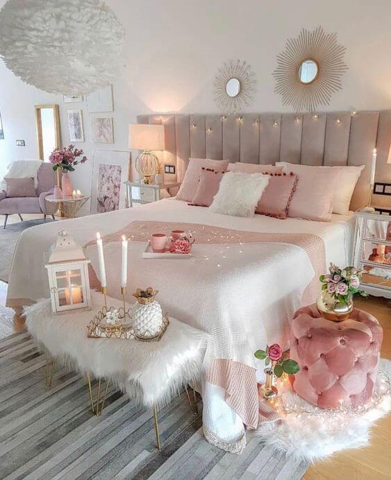 Quarto com puff redondo rosa ao lado da cama