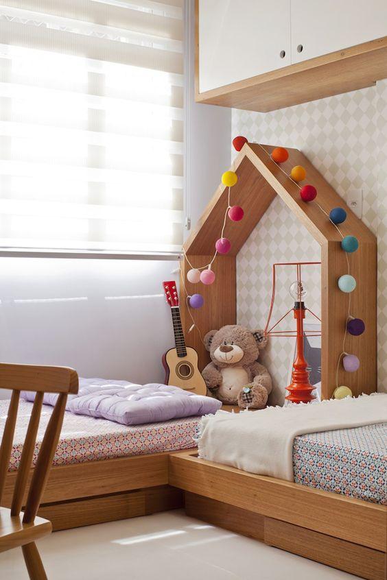 Quarto com cama de madeira infantil
