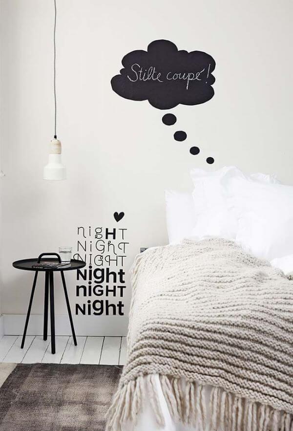 Quarto preto e branco com tapete estilo escandinavo
