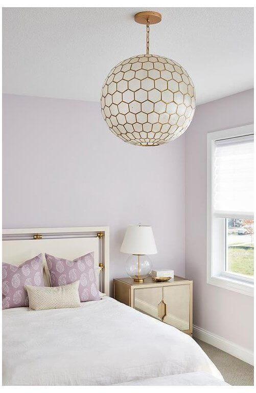Quarto lilás e branco charmoso