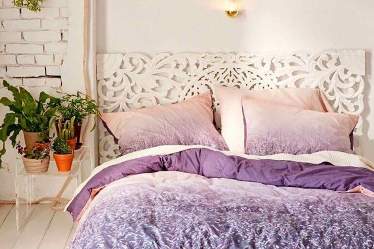Quarto moderno branco com roupa de cama lavanda - Via: Micasa Revista