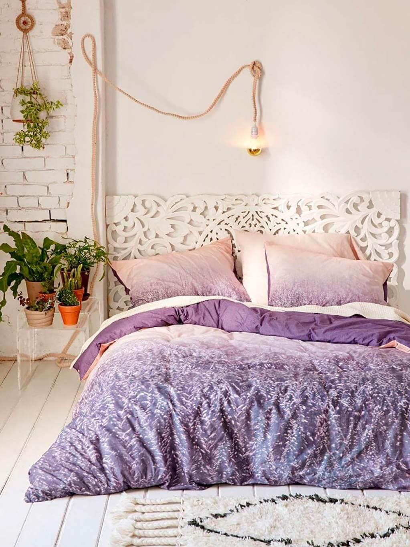 Quarto moderno branco com roupa de cama lavanda