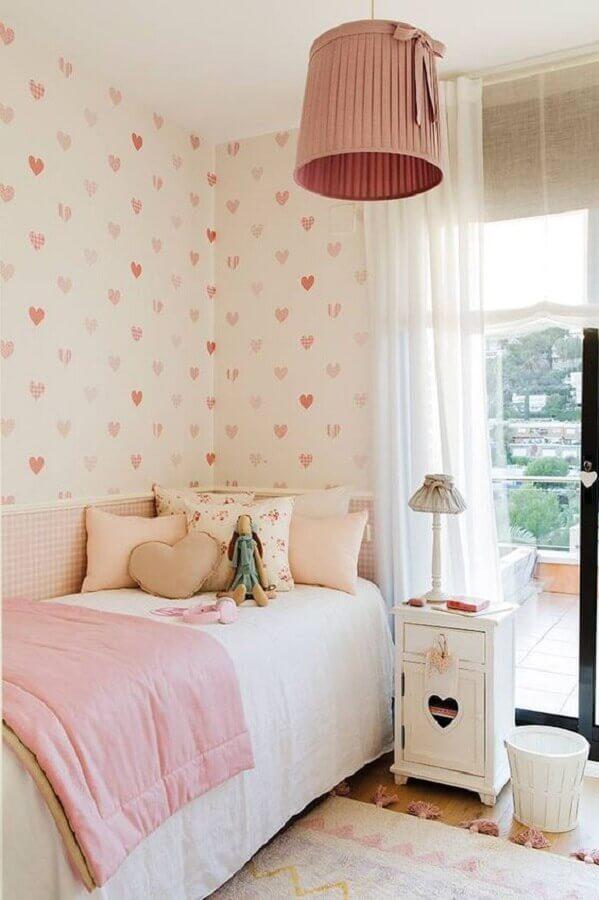 quarto de adolescente feminino decorado com papel de parede de corações  Foto El Mueble