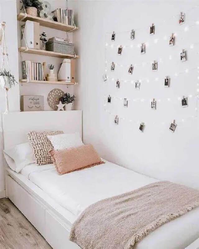 quarto de adolescente feminino simples decorado com prateleira de madeira e fotos na parede  Foto Jeito de Casa