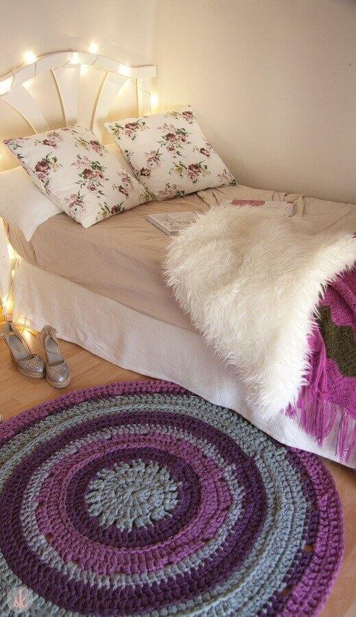 quarto de adolescente feminino simples decorado com tapete de crochê redondo  Foto Susimiu