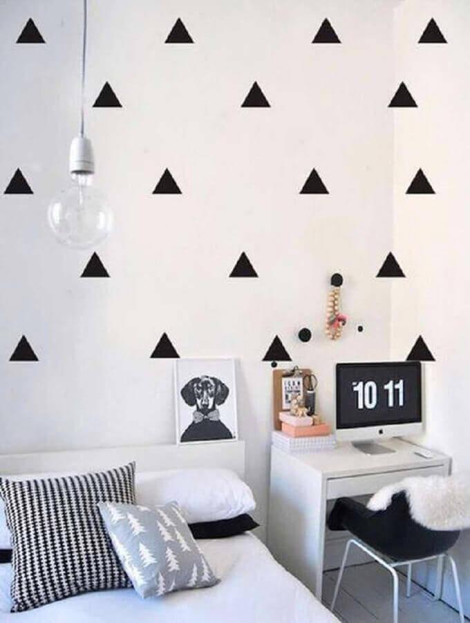quarto de adolescente feminino simples todo branco decorado com triângulos pretos na parede Foto Pinterest