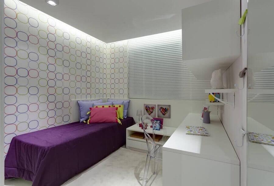 quarto de adolescente feminino todo branco decorado com papel de parede com detalhes coloridos  Foto Renata Basques