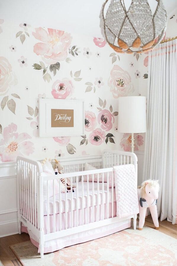 quarto de bebê branco decorado com papel de parede floral romântico Foto Home Fashion Trend