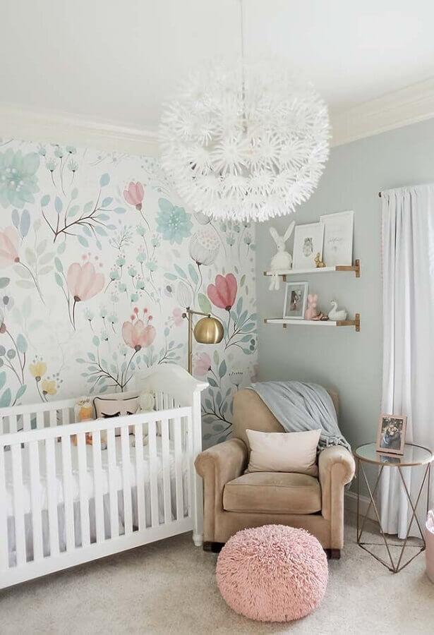 quarto de bebê decorado com papel de parede romântico feminino floral Foto Home Fashion Trend