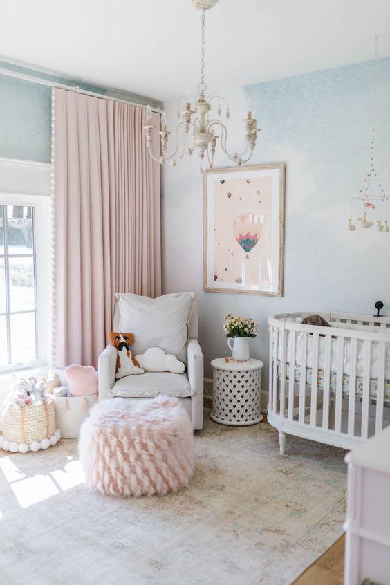 Quarto de bebê com puff rosa confortável