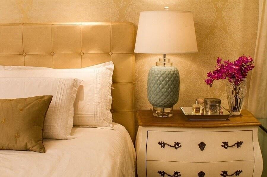 quarto de casal sofisticado decorado com papel de parede romântico dourado Foto Alexadre Magno