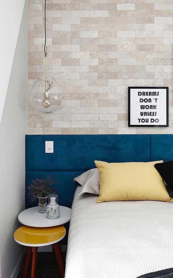 quarto decorado com parede de tijolinho e cabeceira estofada na cor azul petróleo Foto Maurício Gebara Arquitetura