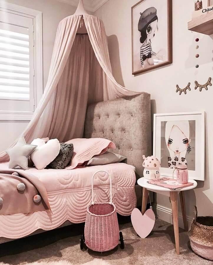 quarto decorado de adolescente feminino com cabeceira cinza estofada e dossel