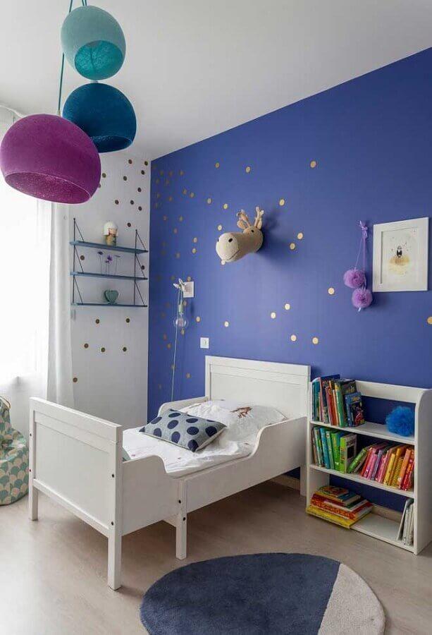 quarto infantil decorado com parede na cor azul escuro Foto Pinterest