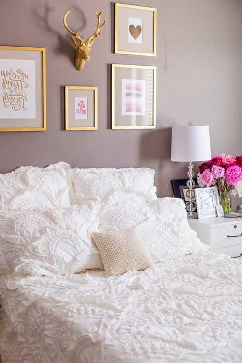Quarto lilás e branco