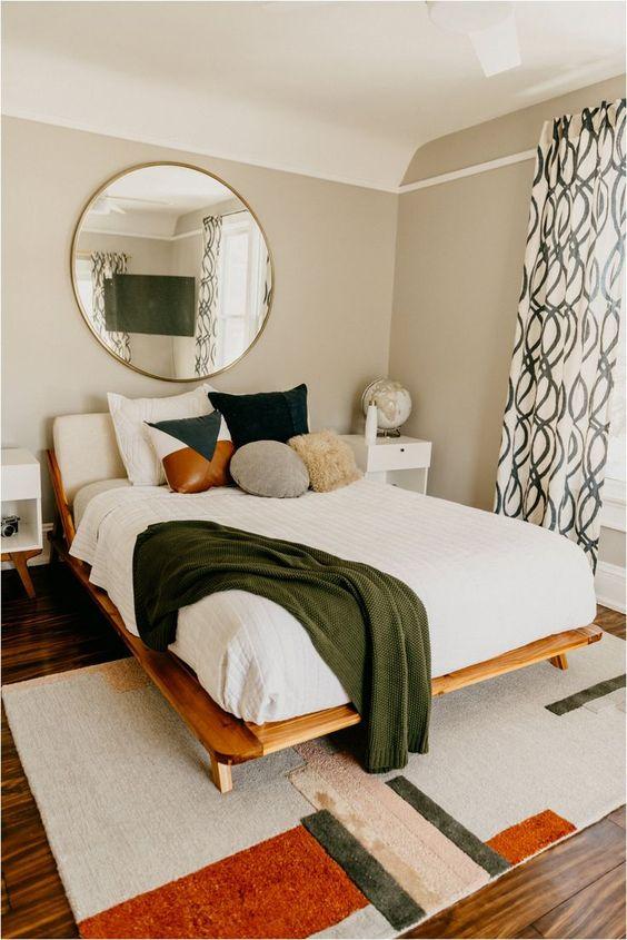 Quarto com cama de madeira queen