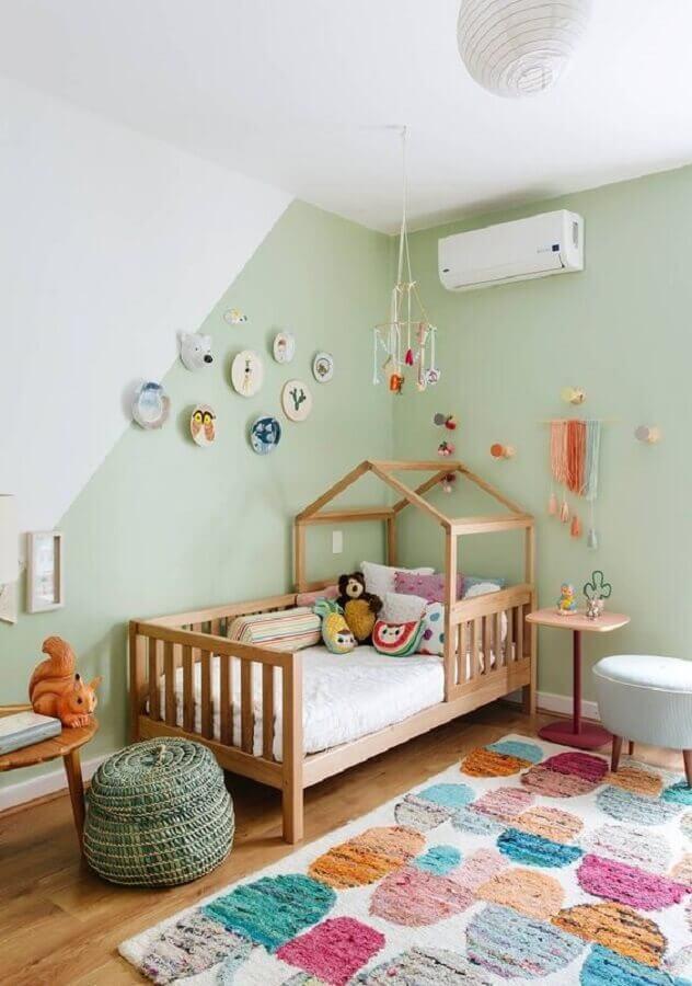quarto para criança com decoração simples com cama casinha de madeira Foto Histórias de Casa