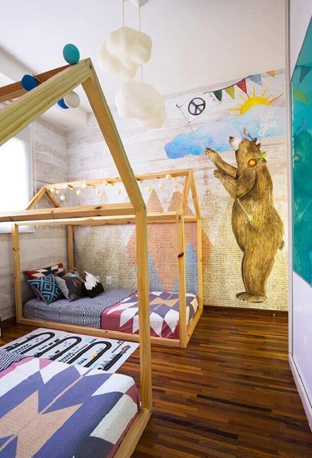 quarto para criança decorado com papel de parede lúdico e cama casinha de madeira Foto Pinterest