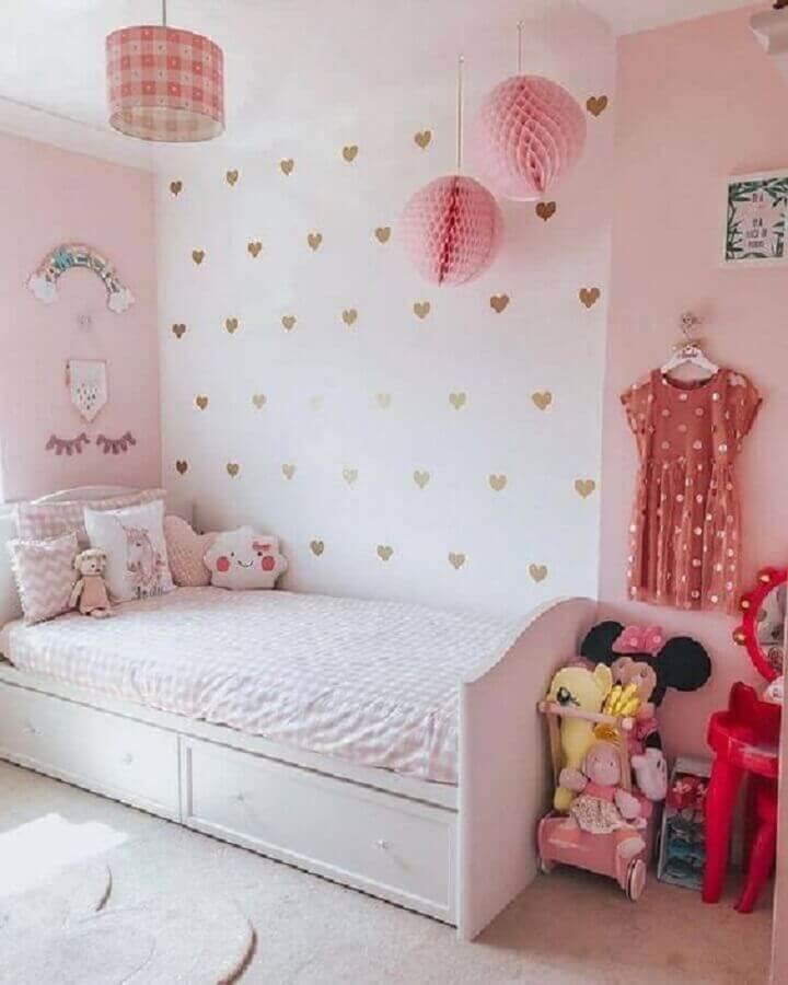 quarto para criança menina branco e rosa decorado com papel de parede de corações Foto Pinterest