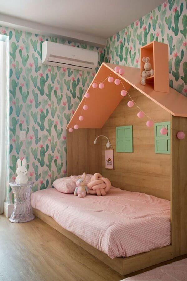 quarto para criança menina decorado com cama casinha e papel de parede com estampa de cactos Foto Casa de Valentina