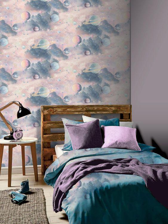 Quarto roxo com papel de parede azul