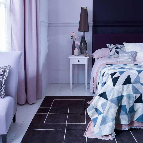 Quarto roxo e azul moderno
