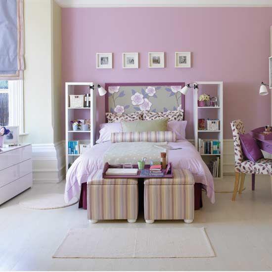 Quarto roxo e branco com estampas nos móveis florais