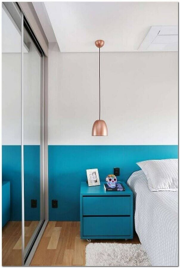quarto simples decorado na cor azul turquesa e branco  Foto Pinterest