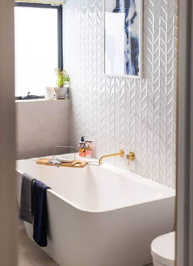 revestimento 3d branco para decoração de banheiro com banheira Foto Beaumont Tiles