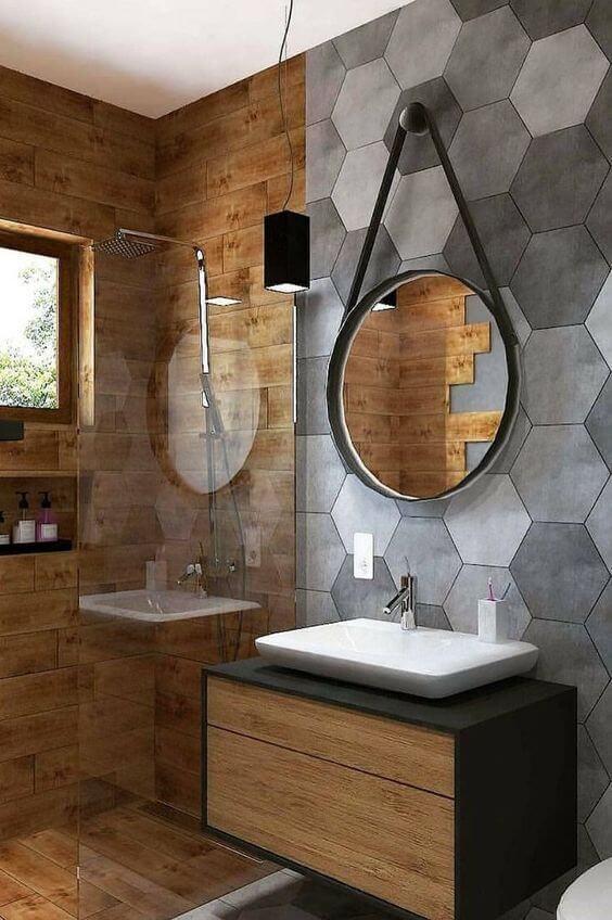 Banheiro com cimento queimado e revestimento amadeirado