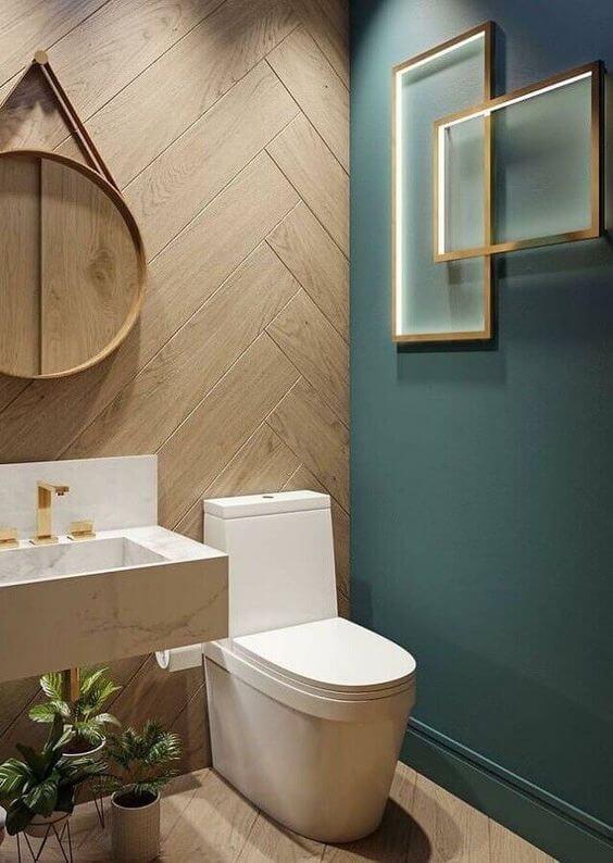 Parede de madeira no banheiro turquesa