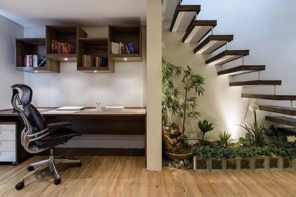 Home office com revestimento amadeirado